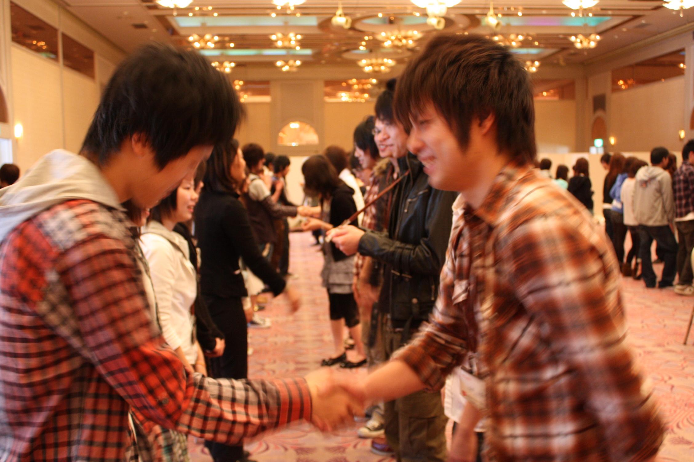 同じクラス仲間とかたい握手で、「これからよろしく」と言葉を交わしました!