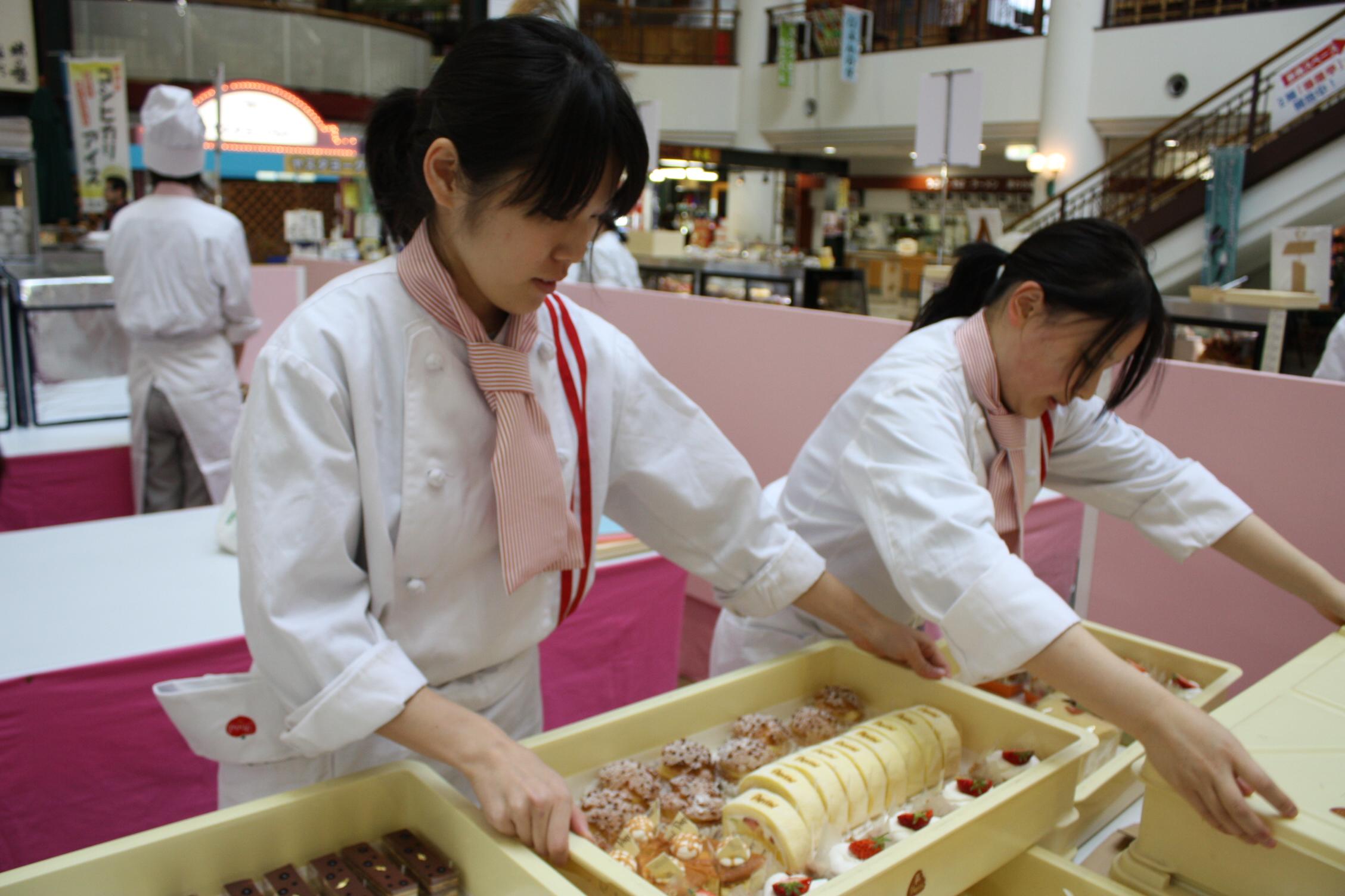 新潟の有名人気店ばかりが勢ぞろい!!超おいしい〜!スイーツがお店から直送されます!ああ、食べたい!あとで買おっと!